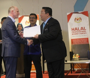Picture of Jakim Sirajuddin Suhaimee handing the certificate to Halal Balancing™